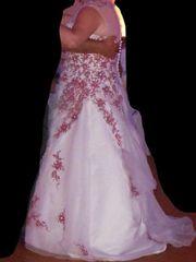 cremefarbenes Brautkleid mit bordeauxfarbener Blumenstickerei