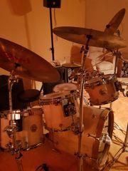 Rolls Royce unter Drums - Schlagzeug
