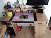 Großer praktischer Schreibtisch ...