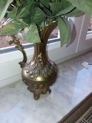 Dekorative Bronzevase und Kupfergießkanne zu