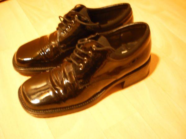 schönes Paar schwarze Hochglanzlack Damenschuhe - Recklinghausen Hochlar - Ich biete hier ein schönes Paar Halbschuhe in schwarzem Hochglanzlack an. Die Schuhe wurden nur einmal getragen, da Sie mir leider zu eng sind. Sie sind zum Schnüren, haben eine sehr robuste Sohle und sind in Größe 37 zu haben - Recklinghausen Hochlar