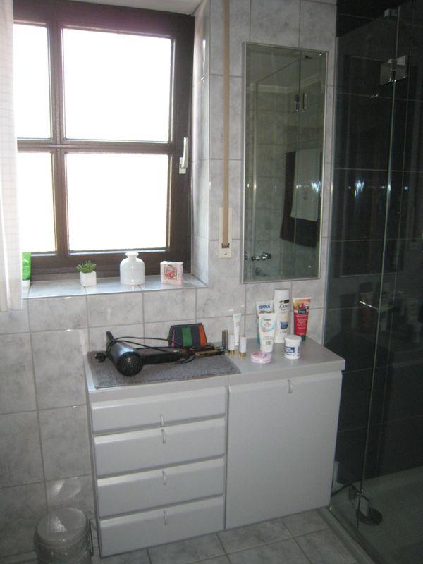 Badezimmer-Hängeschrank mit Wäschefach und Spiegel in Germering ...