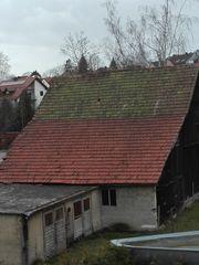 Gebälk Bretter und Dachziegel einer