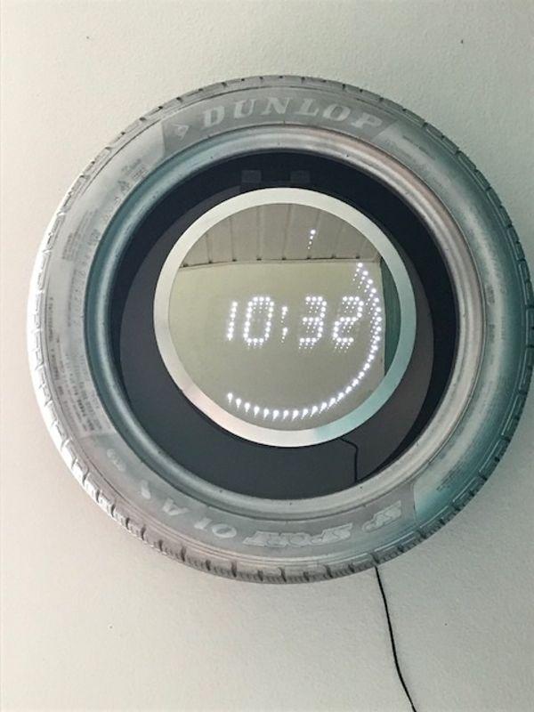 LED-Spiegel Uhr mit Reifen - Friedrichshafen Lipbach - Ich verkaufe meine LED-Spiegel Uhr mit silbernen Autoreifen. Auf den Fotos sieht man, 7 LED`s (Sekunden) sind kaputt. Der Alurahmen hat eine Delle. Die Uhr funktioniert über ein Stromkabel.Der Artikel wird unter Ausschluss jegli - Friedrichshafen Lipbach