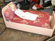 Altes Puppenbettchen aus Holz mit
