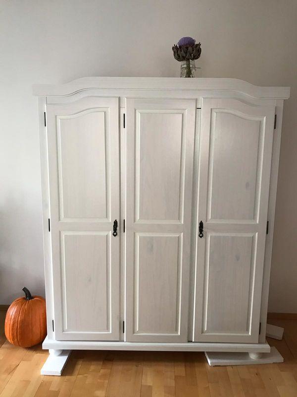 Kleiderschrank im Landhausstil in weiß in München - Schränke ...