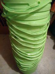 Grüne Plastikeimer