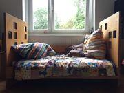zwei identische Kinderbetten