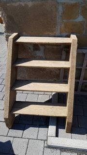 Holztreppe antik fast wie Holzleiter