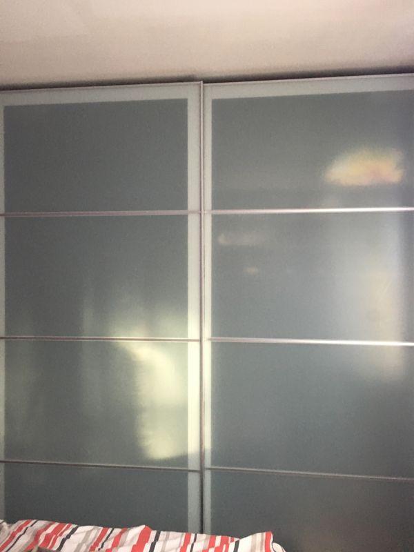 Schlafzimmermöbel - Stuttgart Sommerrain - Wegen Umzug zu verkaufen.Dabei sind:1.1x Doppelbett 180*200cm mit 2 Lattenrost (Matratzen zu verschenken) 80 euro 2. 1x Kleiderschrank mit Glas-Schiebetüren und Dämpfungen BHT 200*236*58cm 150 euroSehr guter Zustand. Originalpreis - Stuttgart Sommerrain