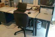 Büro Schreibtisch zu