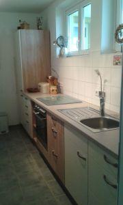 Küchenzeile und Kühlgefrierkombi