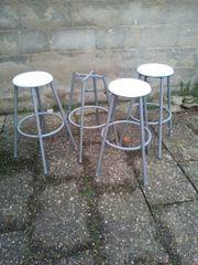 Tische mit Stühlen