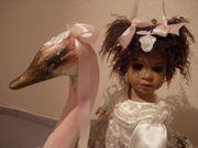 Puppe auf Dekoschwan