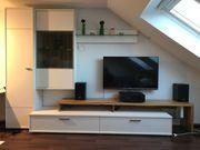 Wohnwand weiß mit TV-Podest Nußbaum