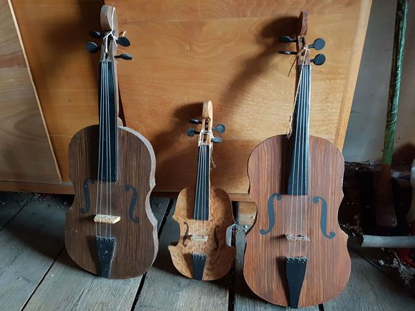 Violinen-Attrappen für Fasching