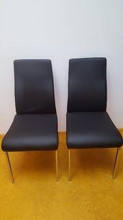 Zwei Stühle in schwarz